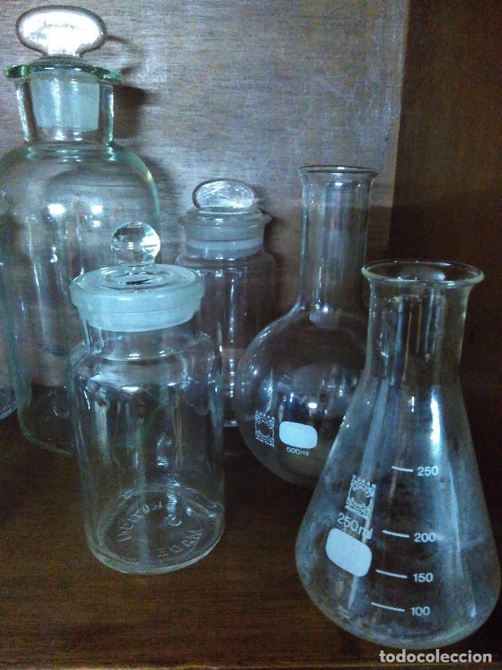 Antigüedades: Frasco. Buenisimo lote de frascos, embudo y probetas de cristal antiguos de farmacia o laboratorio. - Foto 2 - 109054571