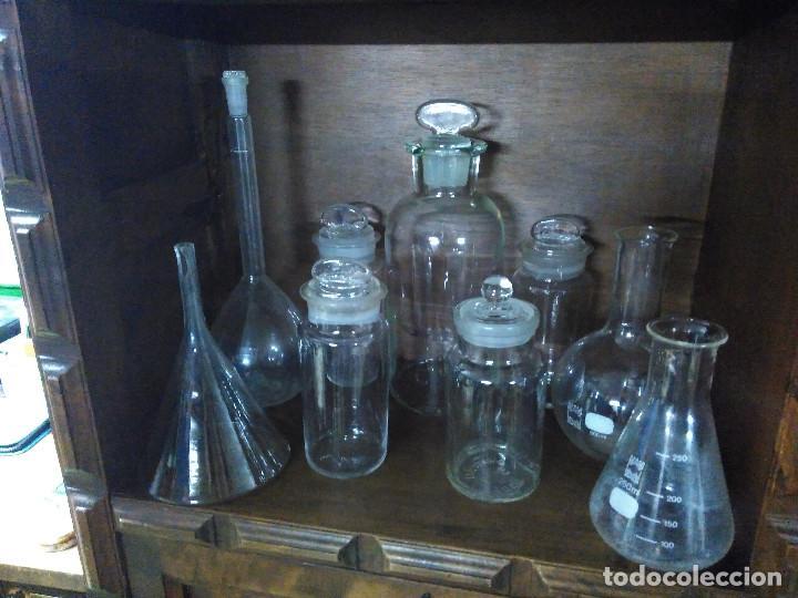 Antigüedades: Frasco. Buenisimo lote de frascos, embudo y probetas de cristal antiguos de farmacia o laboratorio. - Foto 7 - 109054571