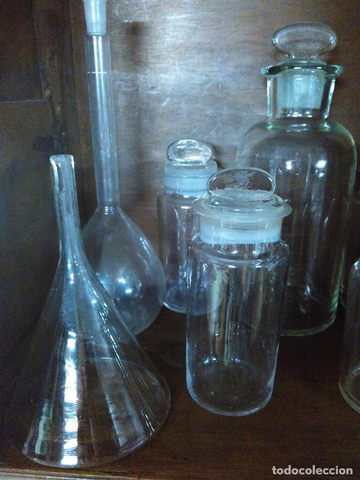 Antigüedades: Frasco. Buenisimo lote de frascos, embudo y probetas de cristal antiguos de farmacia o laboratorio. - Foto 10 - 109054571