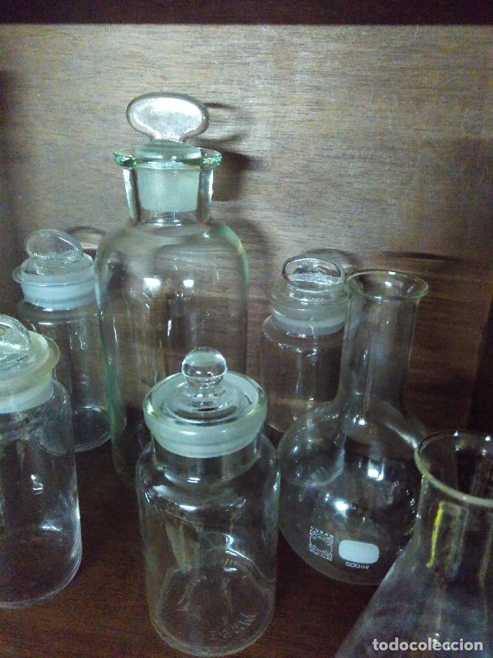 Antigüedades: Frasco. Buenisimo lote de frascos, embudo y probetas de cristal antiguos de farmacia o laboratorio. - Foto 11 - 109054571