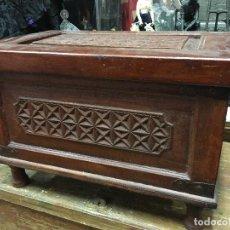 Antigüedades: MAGNIFICO BAUL EN MADERA TALLADO - MEDIDA 57X37X39 CM DE ALTO. Lote 175062829