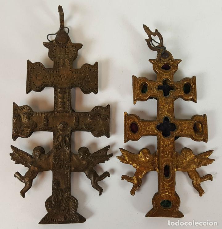 PAREJA DE CRUCES DE CARAVACA. BRONCE. SIGLO XIX-XX. (Antigüedades - Religiosas - Cruces Antiguas)