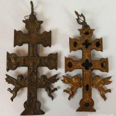 Antigüedades: PAREJA DE CRUCES DE CARAVACA. BRONCE. SIGLO XIX-XX. . Lote 109254799