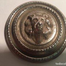 Antigüedades: EMBELLECEDOR CERRADURA ANTIGUA CABEZA DE LEÓN. Lote 109260211