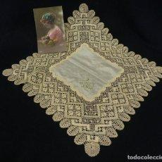 Antigüedades: R11006 PRECIOSO PAÑUELO CON CENTRAL DE SEDA BORDADO CARMEN Y ENCAJE DE BOLILLO S XIX. Lote 109272295