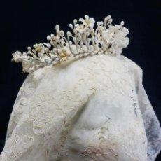 Antigüedades: CORONA DE NOVIA DE FINES S XIX EN SEDA Y FLORES DE CERA DE AZAHAR. Lote 109278091