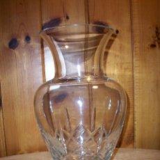 Antigüedades: BONITO JARRÓN EN CRISTAL TALLADO CON BASE DE PLATA .. Lote 109288463