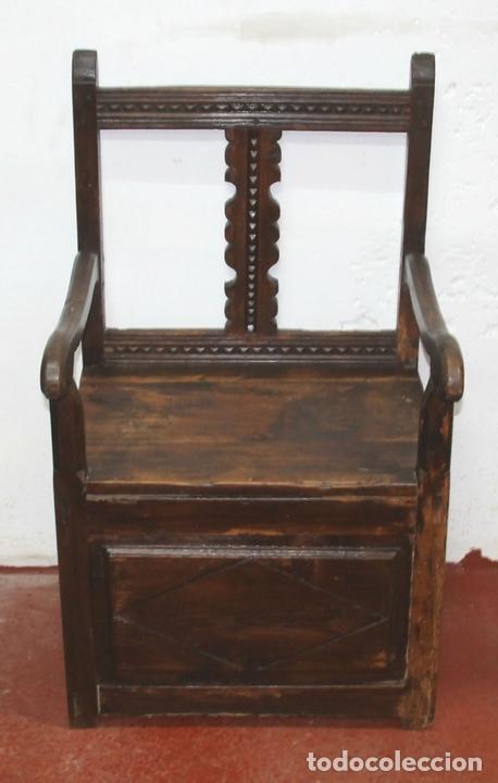 Antigüedades: SILLON FRAILERO. MADERA DE PINO. ESTILO RUSTICO DE LOS PIRINEOS. ESPAÑA. SIGLO XVIII. - Foto 2 - 57252088