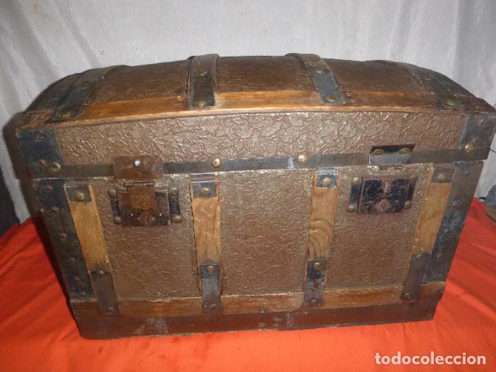 BAUL COFRE EN MADERA PINO, FORRADO DE CHAPA DECORATIVA (Antigüedades - Muebles Antiguos - Baúles Antiguos)