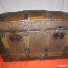 Antigüedades: BAUL COFRE EN MADERA PINO, FORRADO DE CHAPA DECORATIVA. Lote 109396355