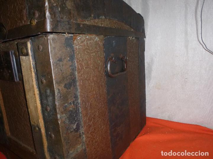 Antigüedades: BAUL COFRE EN MADERA PINO, FORRADO DE CHAPA DECORATIVA - Foto 3 - 109396355