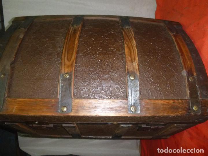 Antigüedades: BAUL COFRE EN MADERA PINO, FORRADO DE CHAPA DECORATIVA - Foto 4 - 109396355