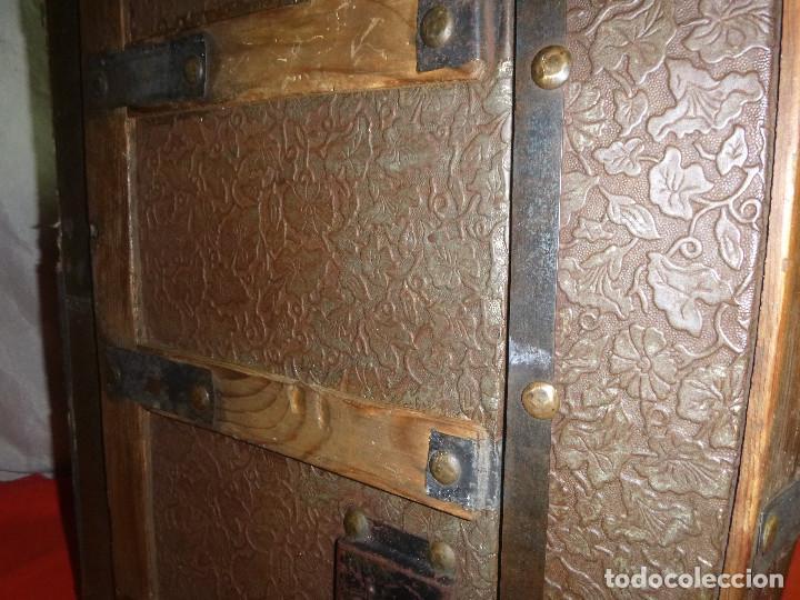Antigüedades: BAUL COFRE EN MADERA PINO, FORRADO DE CHAPA DECORATIVA - Foto 5 - 109396355