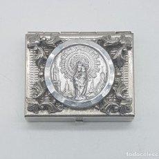 Antigüedades: CAJITA ANTIGUA EN METAL PLATEADO CON MEDALLÓN DE LA VIRGEN DEL PILAR EN RELIEVE, ESTILO ROCOCO .. Lote 109404823