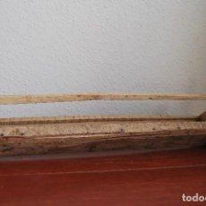 Antigüedades: COMEDERO DE MADERA PARA GALLINAS O POLLOS. Lote 109409779