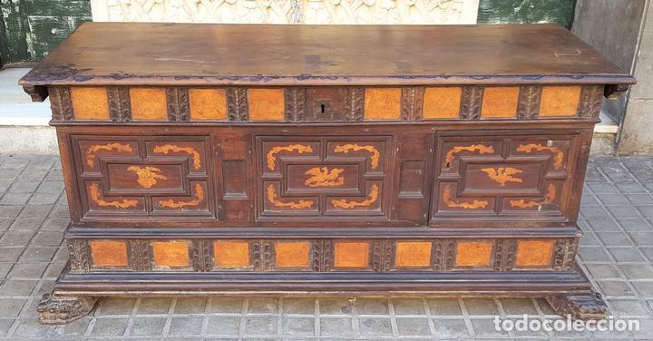 ARCÓN DE NOVIA. NOGAL CON INCRUSTACIONES DE BOJ. ESTILO BARROCO. ESPAÑA. XVIII-XIX. (Antigüedades - Muebles Antiguos - Baúles Antiguos)