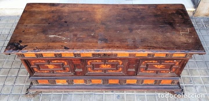 Antigüedades: ARCÓN DE NOVIA. NOGAL CON INCRUSTACIONES DE BOJ. ESTILO BARROCO. ESPAÑA. XVIII-XIX. - Foto 2 - 109440755