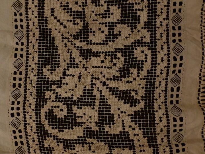 Antigüedades: ANTIGUO VISILLO DE ENCAJE SOBRE LINO PPIO. S. XX - Foto 3 - 104653963