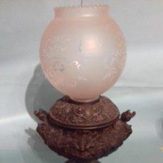 Antigüedades: QUINQUÉ ANTIGUO DE METAL CON TULIPA DE CRISTAL Y BONITA DECORACIÓN EN RELIEVE.. Lote 109500307