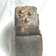 Antigüedades: CENCERRO BARRUMBA PIRINEO S XIX, BRONCE COLLAR DE CUERO CON TACHAS. MED. 44 CM ALTURA. Lote 109582815