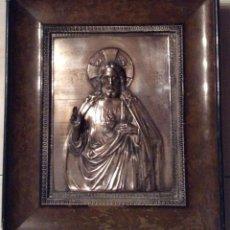 Antigüedades: ANTIGUA PLACA DE COBRE DEL SAGRADO CORAZÓN DE JESÚS EN RELIEVE Y CON BAÑO DE PLATA. Lote 109595351