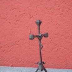 Antigüedades: PEQUEÑO CRUCIFIJO DE HIERRO. REALIZADO CON CLAVOS. Lote 109717651