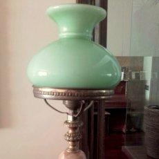 Antigüedades: ANTIGUA Y PRECIOSA LAMPARA DE MESA CON PIE DE ALABASTRO. Lote 109816383