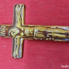 Antigüedades: CRUZ CON CRISTO HECHO EN LOZA. Lote 109819255