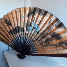 Antigüedades: ABANICO GIGANTE - MADE IN CHINA - AÑOS 50. Lote 109847103