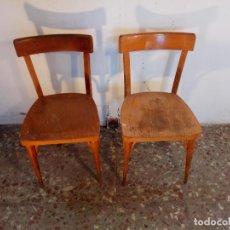 Antigüedades: PAREJA DE ANTIGUAS SILLAS DE MADERA DE CAFÉ O BAR, MEDIADOS XX. Lote 109876883