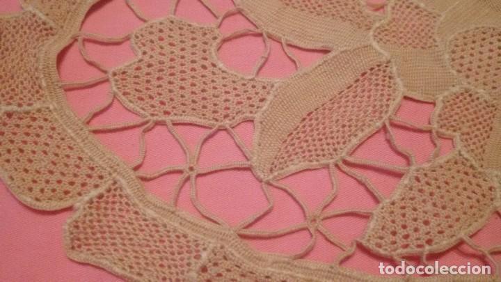 Antigüedades: Precioso tapete hecho de tejido calado y ganchillo,beige,motivo floral. - Foto 3 - 110009311
