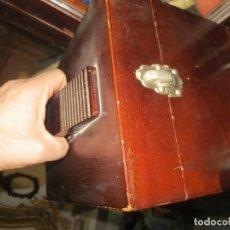 Antigüedades: ANTIGUA CAJA DE ZAPATERO DE MADERA DE CALLE O SALON CAJONES INTERIOR CUÑO DE PATENTE MARCA T. Lote 110012491