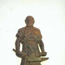Antigüedades: FIGURA ESCULTURA EN HIERRO MACIZO PETER EL HERRERO CON MUCHO DETALLE. Lote 110014219