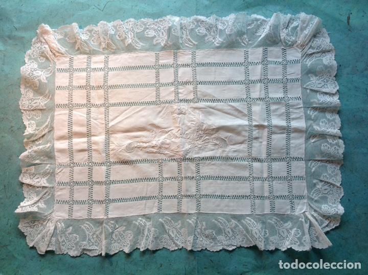 ANTIGUO TAPETE BORDADO CON ENCAJES (Antigüedades - Hogar y Decoración - Tapetes Antiguos)