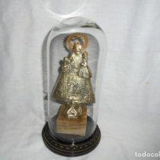 Antigüedades: VIRGEN DE COVADONGA. METAL CINCELADO. PEANA DE MARMOL.EN FANAL DE CRISTAL . Lote 110049007