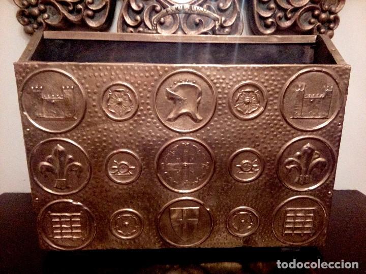 REVISTERO DE ORIGEN INGLES EN LATON REPUJADO Y MADERA. (Antigüedades - Muebles Antiguos - Revisteros Antiguos)