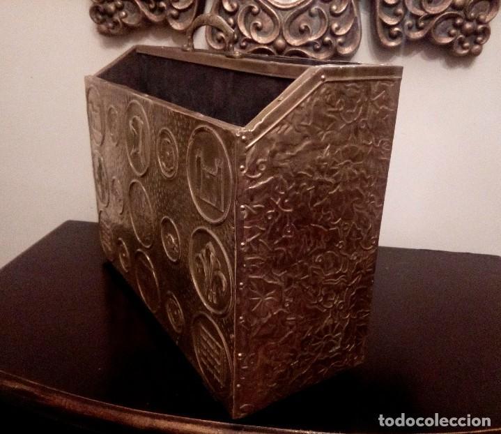 Antigüedades: REVISTERO DE ORIGEN INGLES EN LATON REPUJADO Y MADERA. - Foto 2 - 110054367