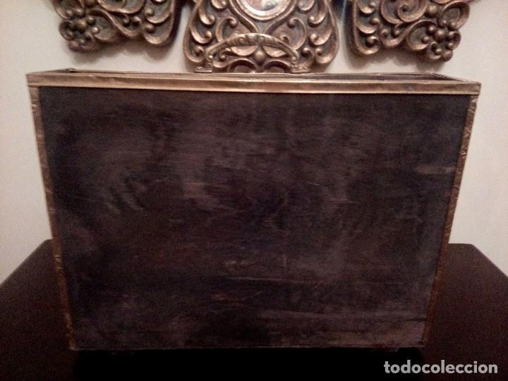 Antigüedades: REVISTERO DE ORIGEN INGLES EN LATON REPUJADO Y MADERA. - Foto 3 - 110054367