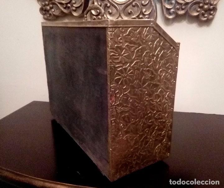 Antigüedades: REVISTERO DE ORIGEN INGLES EN LATON REPUJADO Y MADERA. - Foto 4 - 110054367