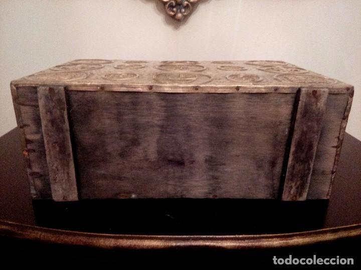Antigüedades: REVISTERO DE ORIGEN INGLES EN LATON REPUJADO Y MADERA. - Foto 5 - 110054367