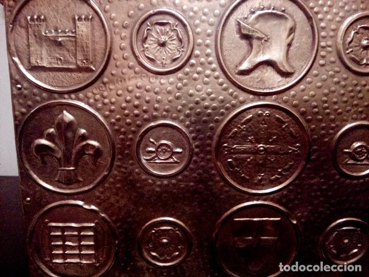 Antigüedades: REVISTERO DE ORIGEN INGLES EN LATON REPUJADO Y MADERA. - Foto 8 - 110054367