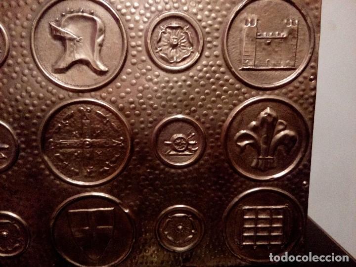Antigüedades: REVISTERO DE ORIGEN INGLES EN LATON REPUJADO Y MADERA. - Foto 9 - 110054367