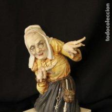 Antigüedades: BRUJA EN AUTENTICA PORCELANA ALGORA DOCUMENTADA. PIEZA RARA EN PERFECTO ESTADO. Lote 110070539
