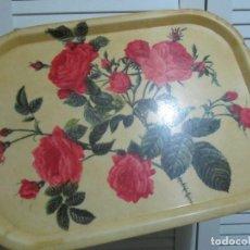 Antigüedades: ANTIGUA BANDEJA DE PLASTICO ROSAS. Lote 110075347