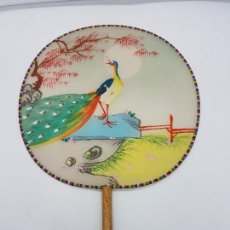Antigüedades: PRECIOSO PAYPAY ANTIGUO PINTADO A MANO EN JAPÓN CON MOTIVOS DE PAVO REAL EN LA NATURALEZA.. Lote 110094455
