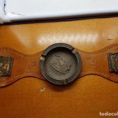 Antigüedades: ORIGINAL ANTIGUO CENICERO DE SOFÁ DE BRONCE Y CUERO CON MAPAS DE LAS ISLAS BALEARES.. Lote 110104811