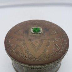 Antigüedades: BELLA CAJA JOYERO O POLVERA ANTIGUA ORIENTAL DE LATÓN REPUJADO CON INCRUSTACIÓN SÍMIL DE ESMERALDA. Lote 110107379