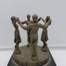 Antigüedades: ANTIGUA ESCULTURA DE METAL Y MÁRMOL NEGRO CATALANA, SARDANAS, RECUEDO DE BARCELONA.. Lote 110108223