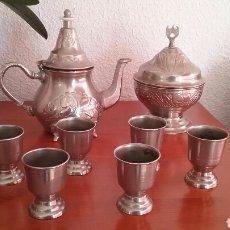 Antigüedades: JUEGO DE TE ÁRABE .TETERA, AZUCARERO Y 6 COPAS-VASOS.COMPRADO EN ARGELIA. AÑOS 80. Lote 110111928