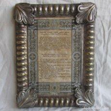 Antigüedades: ANTIGUO CUADRO CON TEXTOS RELIGIOSOS EN LATÍN. MARCO EN LATÓN BAÑADO. Lote 110116811